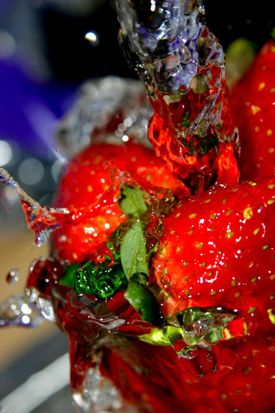 Strawberry Splash 01: Freezing more water in conjunction with some of the sexiest fruits *ever* ;)