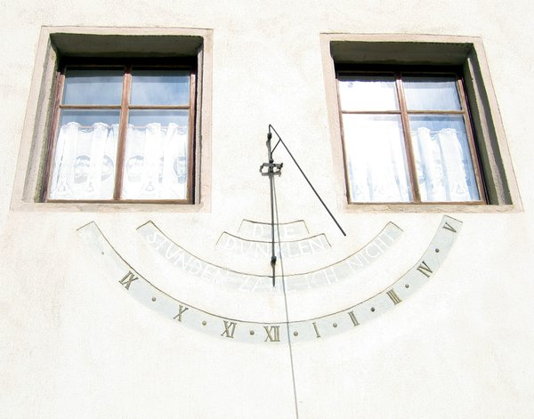 "sundial: sundial - the inscription reads ""The dark hours I don't count"""