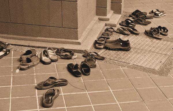 Stock de fotos gratis zapatos de la sepia en la entrada for Gabinete de zapatos para la entrada