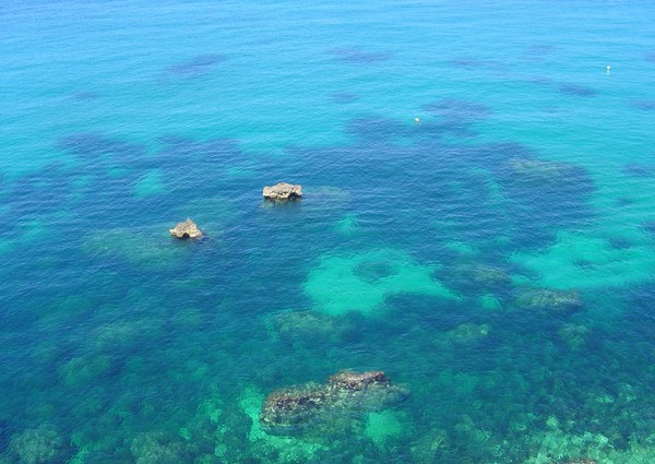 Blue water: A picture of the (very clear) water seen from a cliff in Malta