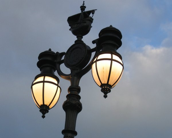 decorative street lamp: you can find this decorative street lamp right in front of the Buckingham Palace in London. On top of the post it carries a small ship. I suppose that is to remember us that Britain was a great seafaring nation.