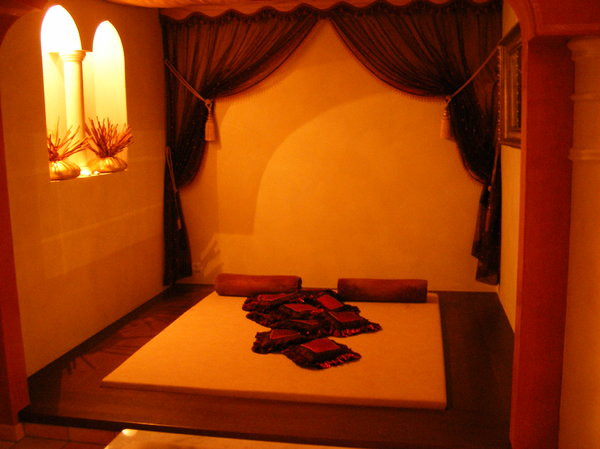 ARABIAN BEDROOM: Some kind of bedroom in a arabian style architecture