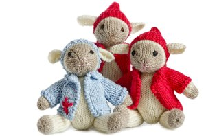Three knitted little lambs: Three knitted little spring lambs - I made them for a spring fair at our elementary school ;-)