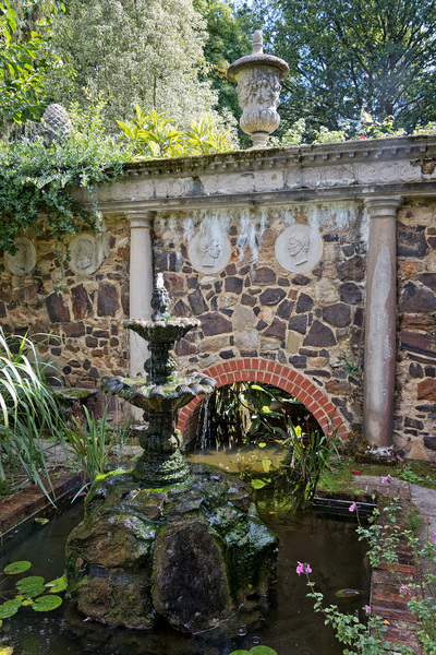 Garden water feature: A water feature in an Italian-style garden in Kent, England.