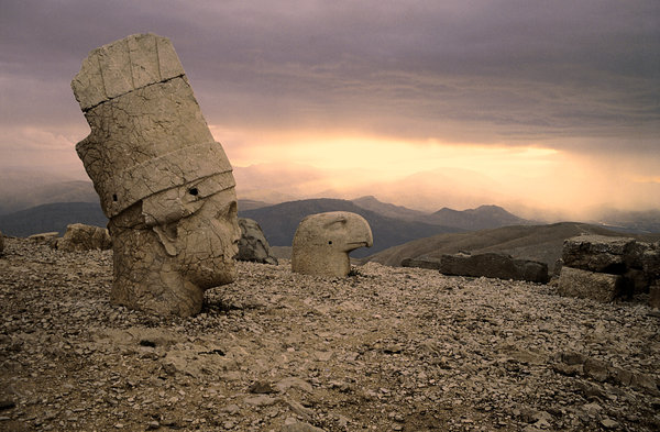 Mount Nemrud 1: Antiochos II. is buried here high up (2.200 m) in the mountains, surrounded by a mixed Greek and Persian pantheon...