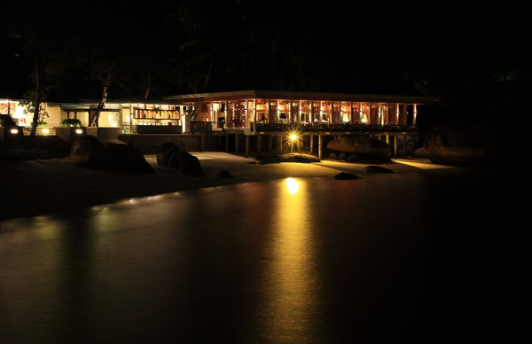 Dining By The Sea 3: Night scene of a restaurant by the sea