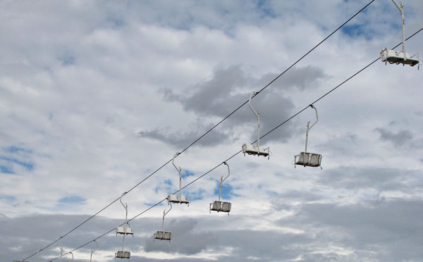 empty seats: cable chairlift not in operation