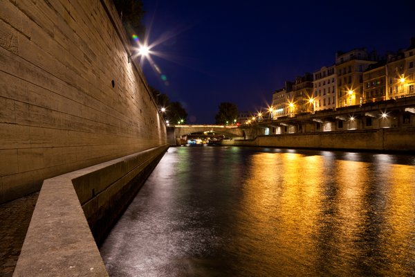 Paris sur Seine Twilight: Long exposure twilight photo from Paris, France, along the River Seine near the Notre-Dame Cathedral.