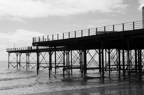 Seaside pier b/w: A pier on the coast of West Sussex, England.