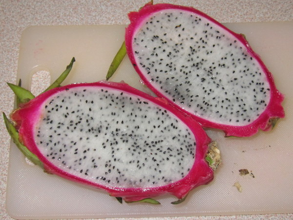 Dragonfruit Halves: Dragonfruit (Pitahaya blanca, Hylocereus undatus)