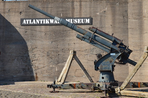 Atlantikwall musuem: AA gun outside the Atlankikwall museum at Hoek van Holland, Netherlands