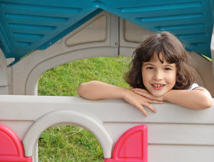 Juli en su playhouse: My daughter Julia playing in her plastic garden playhouse.