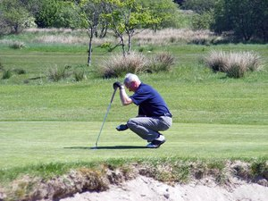 The shot: Golfer teeing up his put shot