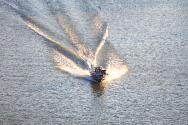fraser river: wake speed boat