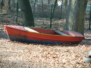Stranded: Rowing boat under a tree in a kindergarten.