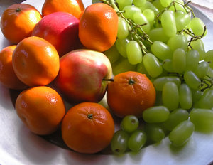 Fresh fruits: Tangerines, grapes and apples