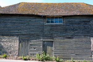 Old rustic barnhouse: An old roadside rustic barnhouse in Hampshire, England.