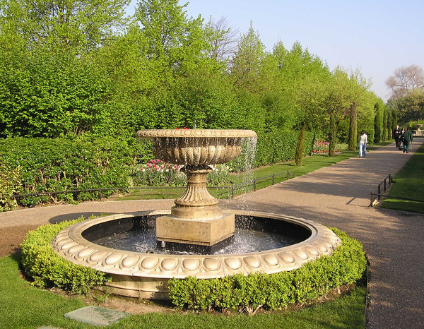 Fountain in the park: Regent's Park in London