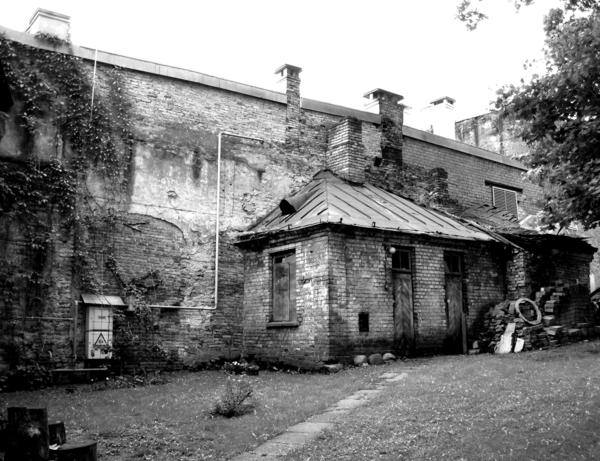 Ruined building: A spooky ruin in black and white.