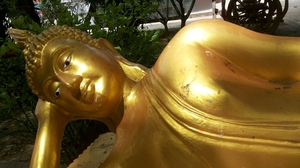 Buddha statue: Golden Buddha Clear the presence Filled with compassion Buddha is the Buddha idols. Teach good from evil.