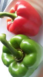 2 sweet pepper: The results of two large bell pepper with red and green glitter effect of polarity, capsicum is commonly used for cooking and salads. Due to high nutrients in the body.
