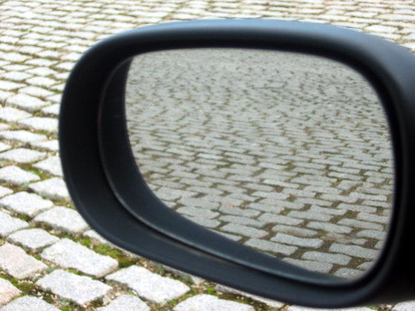 Cobbled rear-view mirror: Rear-view mirror in cobbled pavement