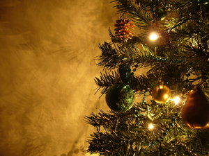 Graham's Christmas Tree 11: After decorating my tree in silver and red in 2006 and in purple in 2007, this year's colour theme is green and gold - enjoy!