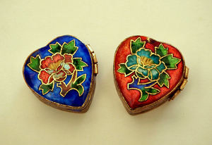blue heart1: Chinese cloisonne enameled hinged brass pill box with flowers