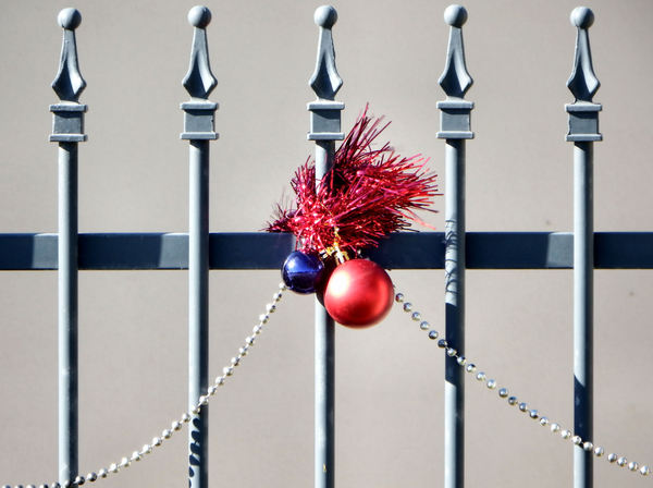 decorated fence2: simple home fence Christmas decorations