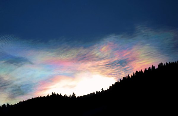 Nature's bling-bling: Cirrostratus PSCs (Polar Stratospheric Clouds / Nacreous Clouds)