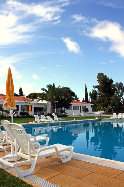 Holiday Resort: Swimming pool and sun chairs at a holiday resort (early morning)